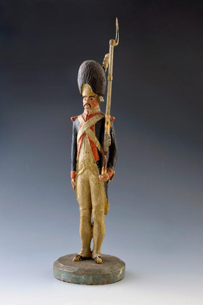 Grenadier de la garde des consuls vers 1800. Figurine en bois de Jean-Baptiste Clémence, fin XVIIIe siècle