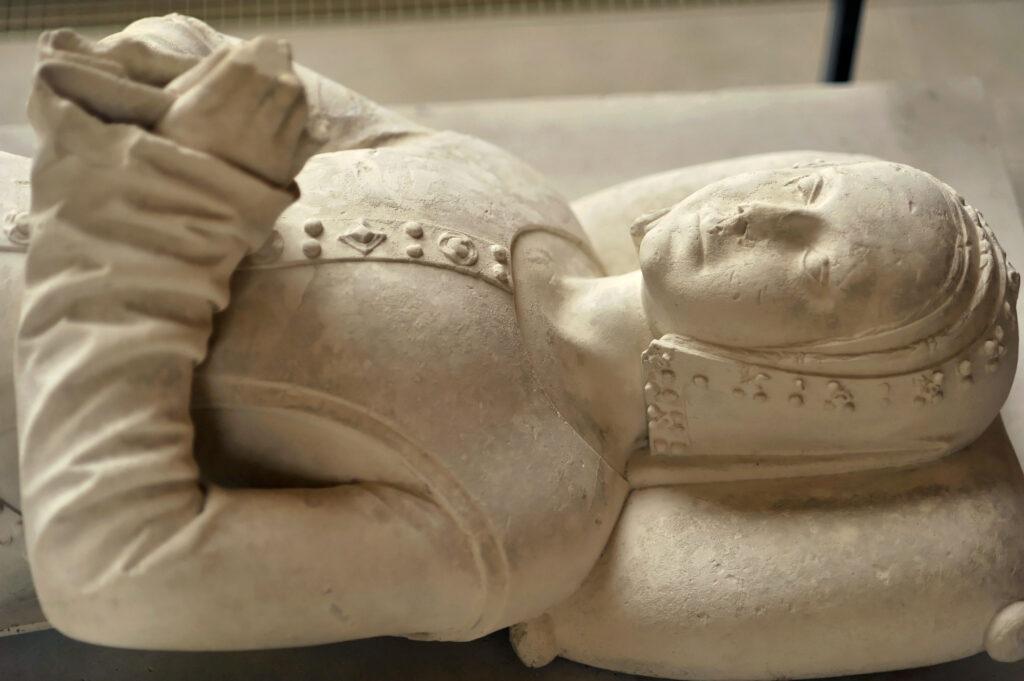 Gisant de Jeanne de Hangest, début XVIe siècle Pierre calcaire de Tonnerre