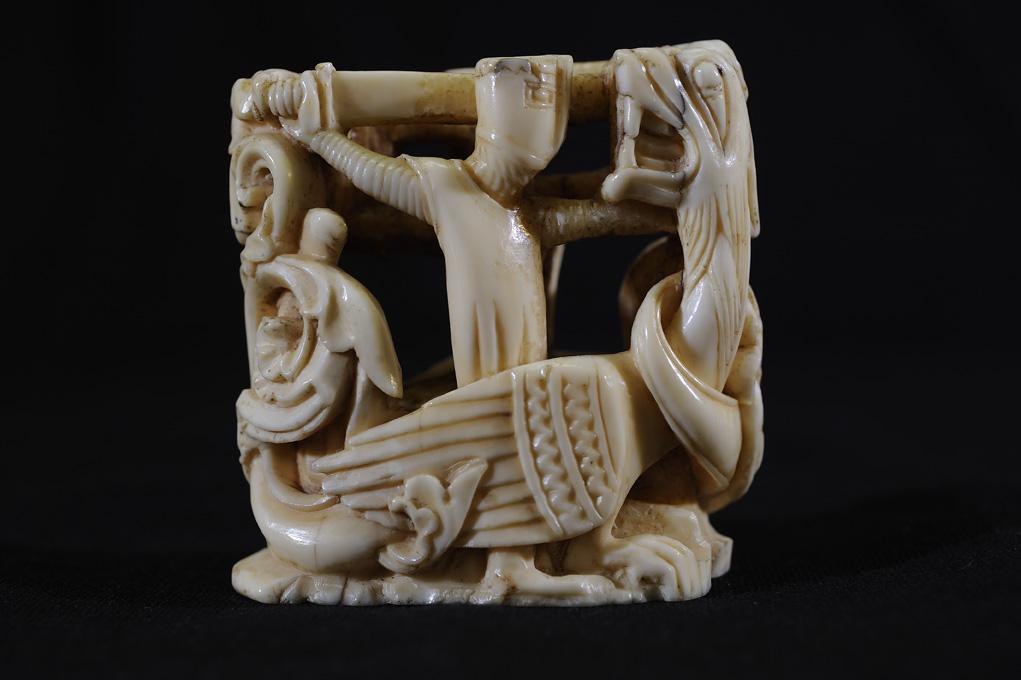 Pièce d'échec représentant un chevalier combattant le dragon, ivoire de morse, Angleterre ou France du Nord, milieu du XIIIe siècle