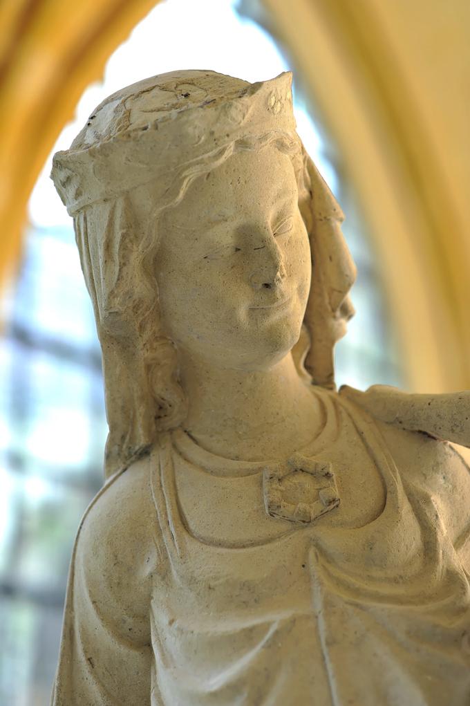 Statue de la Vierge au pied d'argent, vers 1267 Pierre calcaire de l'Oise