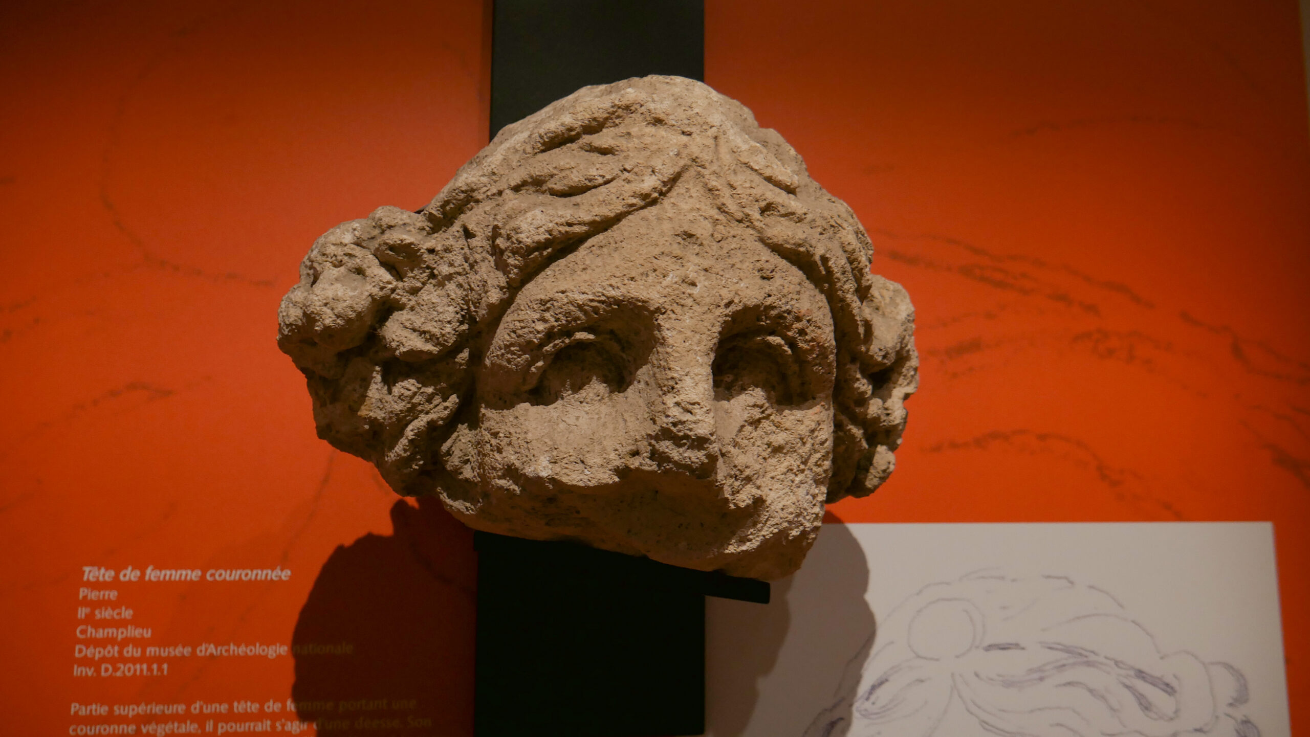 Tête de femme couronnée, pierre, provenant du temple gallo-romain de Champlieu, Oise, IIe siècle