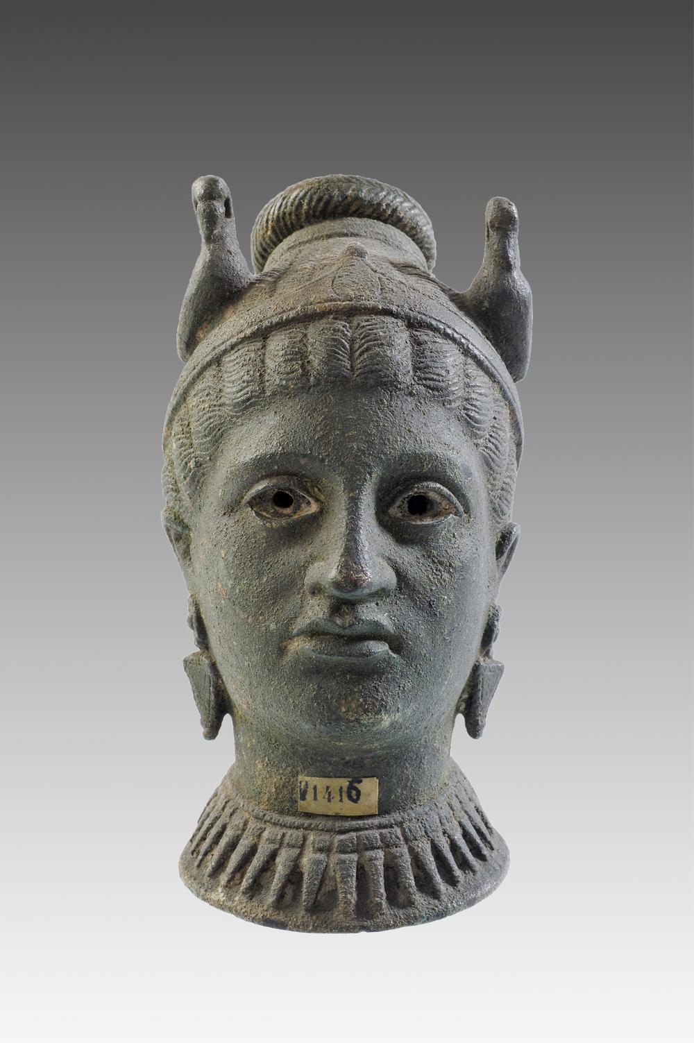 Vase en forme de tête de femme, bronze, Étrurie centrale, IIIe s. av J.-C